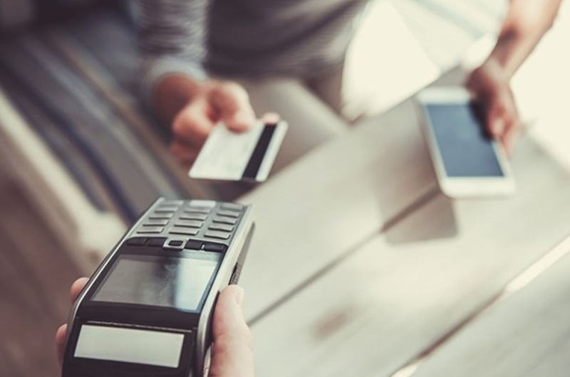 Los establecimientos deberán tener un sistema de pago alternativo al efectivo en transacciones de más de 30 euros